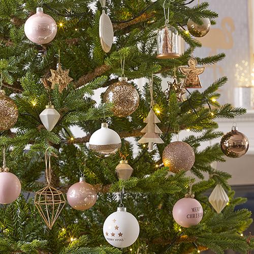 Per Maisons du monde l'albero si tinge di una palette delicata riscaldata da elementi in legno naturale e decori brillanti