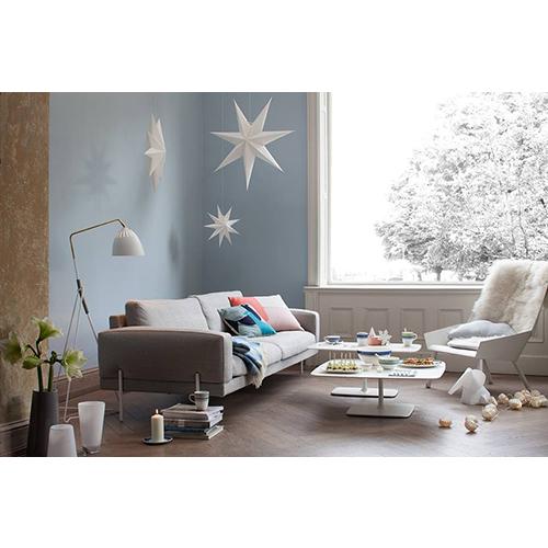 Il colore dominante è il bianco, come i paesaggi innevati incontaminati, affiancato all'azzurro che ricorda il cielo di montagna. È la casa in stile scandinavo di Villeroy & Boch (in foto le collezioni Casale blu e i Mini vasi)