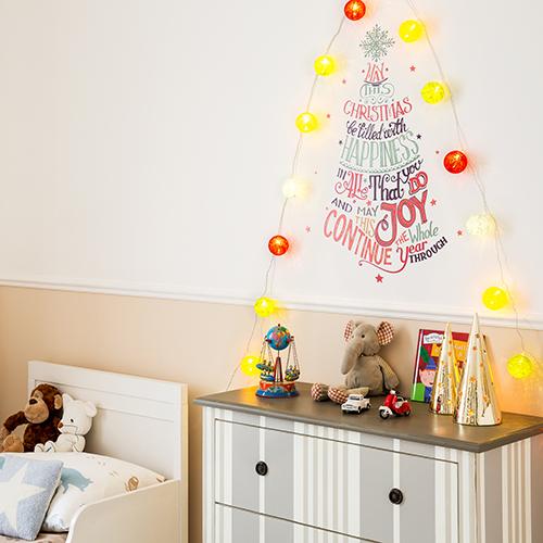Gli adesivi sono una buona idea per chi ha poco spazio, ma non vuole comunque rinunciare ad addobbare l'albero. Le pareti si esaltano con decori multicolori e scritte colorate di buon augurio per portare il Natale anche nella stanza dei più piccoli. La proposta è di Dalani.it