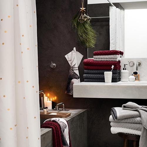 L'atmosfera natalizia arriva anche nella zona bagno. Per H&M Home bastano pochi dettagli: rami di pino, candele e asciugamani con la stampa di un cervo per evocare le magiche atmosfere dei paesaggi del nord Europa (7,99 euro)