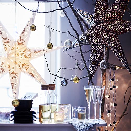 Le decorazioni in carta quest'anno sono tra le protagoniste, come le scenografiche stelle di Ikea (6,90 euro)