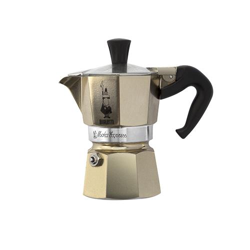 Un classico intramontabile: la macchinetta per il caffè. Bialetti presenta la Moka Express in versione oro racchiusa in un elegante sacchetto in velluto nero (24,99 euro)