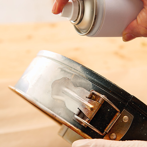 Pulire accuratamente la tortiera e utilizzare una vernice spray bianca per dipingerla dentro e fuori, lasciandola poi asciugare completamente