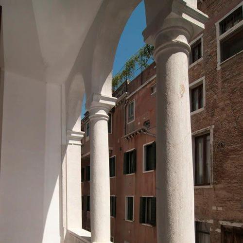 Palazzo Garzoni Moro a Venezia che dal 17 dicembre al 18 febbraio ospita la mostra <em>Connection - L'arte indaga e il design ricerca</em>