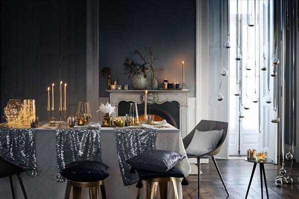 Da H&M Home decori iridescenti e glitter per una tavola sfarzosa e di grande effetto. Le decorazioni sospese rendono l'atmosfera ancor più magica