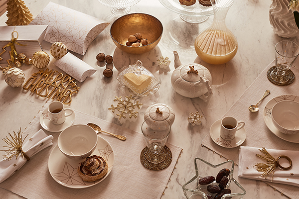 La palette dell'oro è protagonista sulla tavola delle feste di Zara Home. La luce e la brillantezza è regalata anche dai numerosi accessori