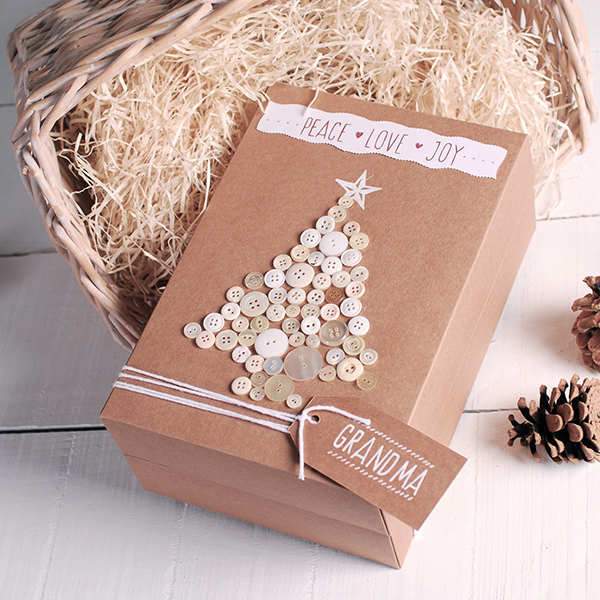 Idea di Self packaging: scatola kraft decorata con bottoni