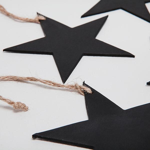 Zara Home invece propone un set di 4 etichette nere a forma di stella (prezzo 2,99 euro)