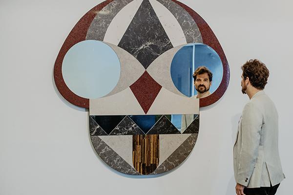 A Toronto è in programma l'Interior Design Show. Da non perdere l'installazione Stone Age Folk nata dalla collaborazione tra Caesarstone e Jaime Hayon. In foto Face Mirror, lo specchio realizzato dal designer spagnolo in collaborazione con l'azienda  israeliana specializzata nella lavorazione quarzo