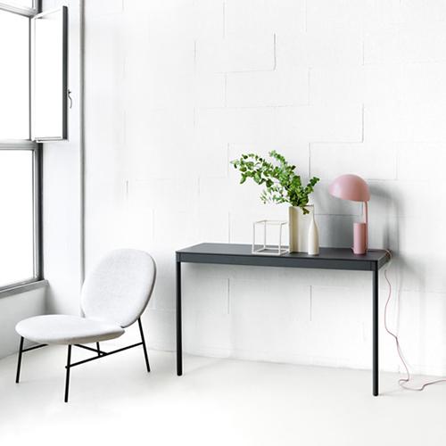 Desalto mette in mostra a Imm due novità: il tavolino e la console (in foto) della famiglia Icaro 015, disegnata dal duo Caronni + Bonanomi