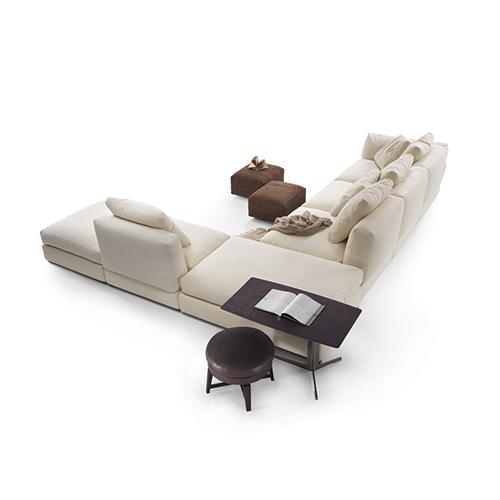 In occasione di Imm Cologne Flexform pone l'attenzione su alcuni modelli esaltandone i dettagli e utilizzando nuove finiture, come il divano Zeno (in foto), la poltrona Guscioalto Light e il tavolino Brig
