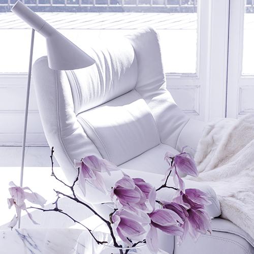 Himolla espone le principali collezioni dedicate alla zona living composte da divani e poltrone recliner come il modello Dreamy