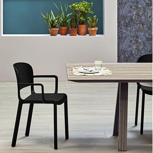 Pedrali è presente a Colonia con la poltroncina imbottita Vic, la collezione di sedie Dome (in foto) e Social Plus, un sistema modulare e componibile di sedute