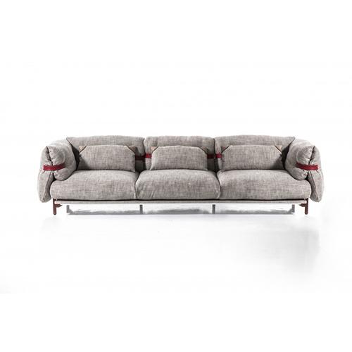 Moroso mette in mostra le novità nel proprio showroom all'interno del Design Post Köln. Tra queste il divano Belt firmato da Patricia Urquiola