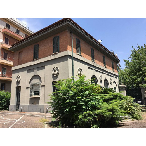"""Il palazzetto romano set di due importanti pellicole di Ettore Scola: nel 1977 lo scelse per """"Una giornata particolare"""" e nel 1995 per """"Romanzo di un giovane povero"""""""
