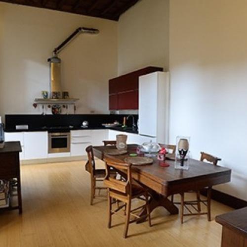 """La cucina dell'appartamento di via Milano 13 a Torino, dove sono stati girati """"Bianca come il latte, rossa come il sangue"""" e """"La verità, vi spiego, sull'amore"""", nelle sale ad aprile 2017"""