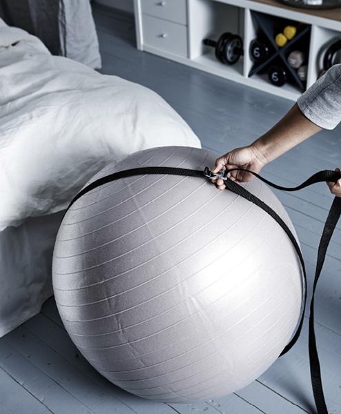 Una cinghia (la stessa che viene utilizzata per fissare gli oggetti al tetto della macchina) è ciò che serve per tenere a posto la gym ball