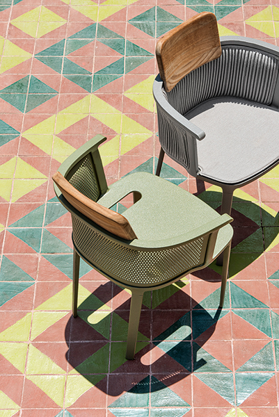 Nicolette è la seduta nata dalla collaborazione tra Patrick Norguet ed Ethimo. La poltroncina, pensata per l'outdoor, è in alluminio. È proposta in sei differenti finiture: warmwhite, verde oliva, caffè, warmgrey, nero seppia e warmred