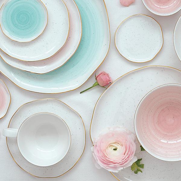 La tavola si veste di colori delicati e primaverili con la collezione Artesanal di Easy Life
