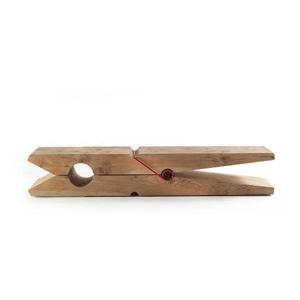 Molletta è una panca in legno massello di cedro profumato. Pensata da Baldassarri&Baldassarri per Riva 1920, è disponibile in tre diverse dimensioni: Mollettina, Molletta medium e MollettaSi