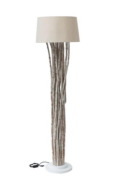 Ecco la lampada che metterà le radici in casa. Realizzata con rami riciclati e paralume in tessuto. È una proposta di Novità Home