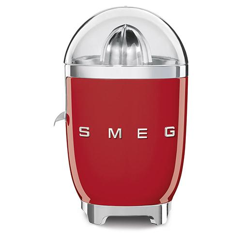 Ha una vaschetta raccogli succo e un beccuccio anti goccia che permette di interrompere la fuoriuscita del succo per evitare di sporcare il piano cucina a fine utilizzo. È il nuovo spremiagrumi elettrico di Smeg che va ad arricchire la linea Anni '50 (139 euro)