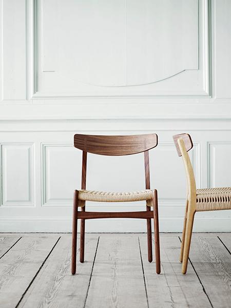 La CH23, una delle prime quattro sedie che Hans J. Wegner ha progettato per Carl Hansen & Son, è di nuovo in produzione. Il suo aspetto moderno e senza tempo e la robustezza della sua struttura la rendono perfetta sia per una casa privata che per un ambiente pubblico