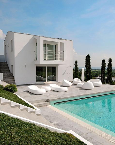 Gumbal sofa è il divanetto due posti di Andrea Brogliato per Euro3plast che va a completare la linea per l'outdoor composta da poltrona, tavolino contenitore e lettino prendisole
