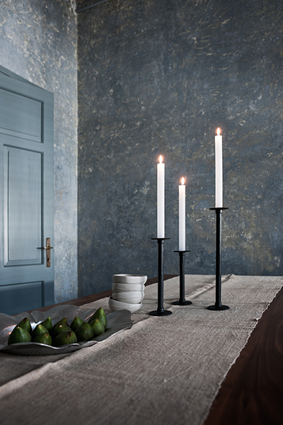 Imperfetto ma al tempo stesso elegante e raffinato: è il candelabro da tavolo disegnato da Ronan & Erwan Bouroullec per Magis