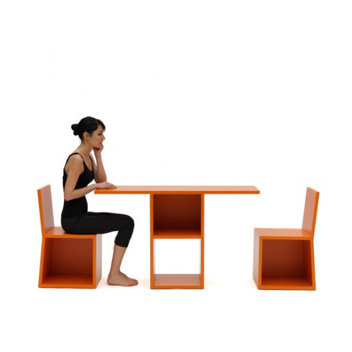 Da Campeggi il mobile multifunzione e salvaspazio Trick: è una consolle con libreria che si trasforma in tavolo con due sedie. È l'ideale per gli spazi ridotti