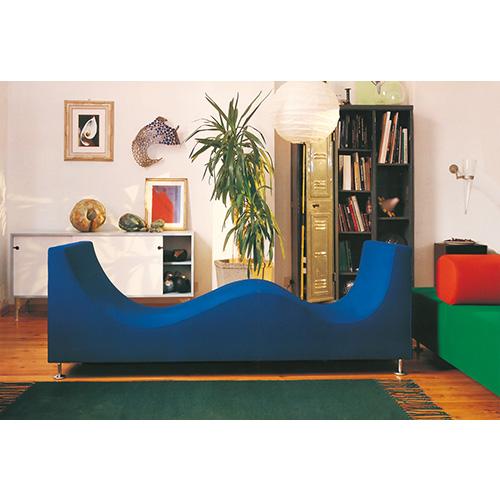 È tutto curve il divano Three Sofa de Luxe di Cappellini. Le sue forme ondulate e soft invitano al relax i due ospiti
