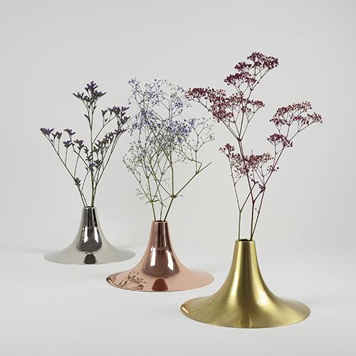 Il vaso di Ligne Roset Kaschkasch prende il nome dal duo di designer che l'ha progettato. Il progetto gioca sulle suggestive sfumature cromatiche date dalla finitura lucida
