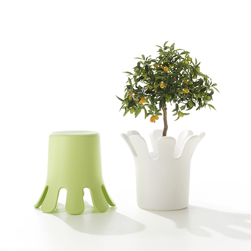 Quando non si ha molto spazio a disposizione è importante puntare sui pezzi multifunzione, come Splash di B-Line: è uno sgabello, un pratico contenitore capiente e un vaso