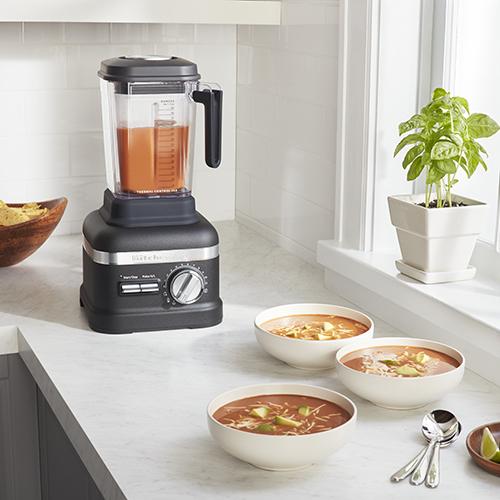 Il frullatore Power Plus Artisan si distingue per 3 programmi per preparare smoothies, succhi e zuppe. La caraffa con controllo termico consente di riscaldare e mantenere la giusta temperatura delle pietanze (899 euro)