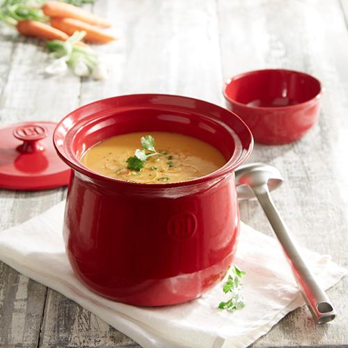 La cocotte di Emile Henry è ideale per preparare ricette che richiedono una cottura lenta come per le zuppe. Il bordo alto salva goccia evita la fuoriuscita e permette di versare facilmente il contenuto (119,90 euro)