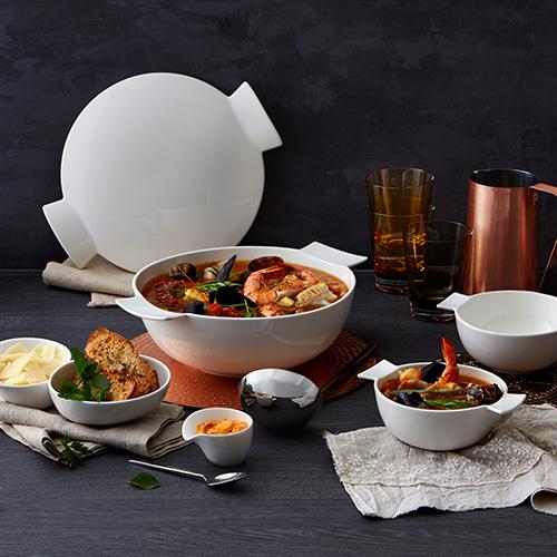 Soup Passion è la collezione per la tavola di Villeroy&Boch pensata per servire zuppe e minestre.  La collezione, che si ispira alla cultura della cucina asiatica, presenta coppette su cui è possibile appoggiare gli appositi cucchiai o bacchette. I coperchi di cui sono dotate sono stati ideati con uno spazio per servire salse, formaggi e stuzzichini vari (da 6,90 euro)