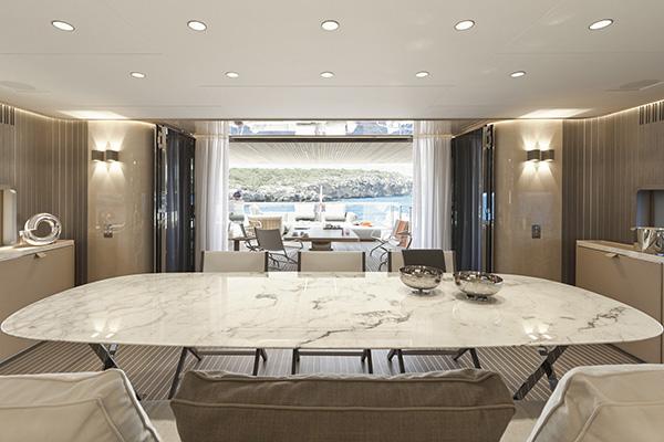 Il tavolo Pathos ha il piano di marmo Calacatta