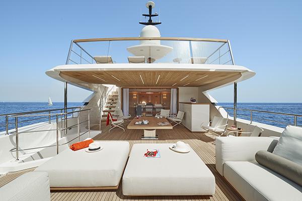 L'area lounge esterna del ponte superiore si distingue per l'ottimizzazione degli spazi: un sofà, i tavoli da caffè Oliver, le sedie Carlotta e un tavolino da caffè trasformabile. Tutto firmato Flexform