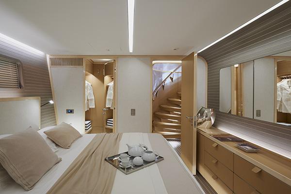 La cabina Vip del ponte inferiore è una camera da letto totalmente personalizzata nel quale spicca il bilanciamento tra legno d'acero e di quercia. Sul comodino le Mini Kelvin Led di Flos e le lampade da tavolo Codega di Viabizzuno