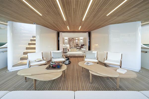 Nell'area lounge all'aperto del ponte principale un divano trasformabile di Flexform insieme alle sdraio Emily - sempre di Flexform -, a coffee table e pouf di Hermès