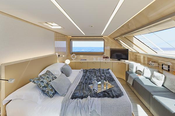 La camera da letto padronale nel ponte principale: una luminosa stanza realizzata su misura, nel quale spicca l'equilibrio tra legno d'acero e legno di quercia con dettagli di pelle Elmoleather e pannelli tessili di Enzo degli Angiuoni