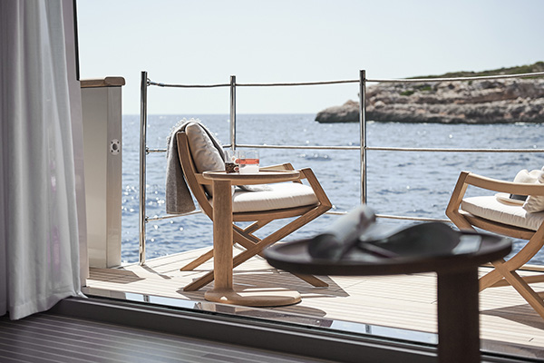 La terrazza ai lati dell'area living del ponte principale: le poltrone e il tavolino da caffè Oliver di Flexform si affacciano sul mare