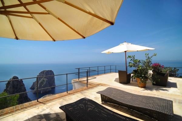 CAPRI, camera con vista. Ancora a Capri, un attico con vista spettacolare. Restaurato, con mobili originali e complementi d'arredo in stile, ha una meravigliosa vista sui Faraglioni è in vendita sul web a 7 milioni di euro. Punto di forza della proprietà è senza dubbio la terrazza panoramica di oltre 400 mq