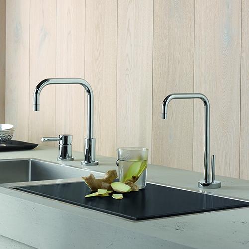 Da Dornbracht il sistema Hot & Cold Water Dispenser che permette erogare istantaneamente acqua fredda filtrata oppure acqua bollente a 93 gradi