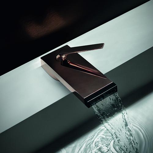 Him di Zucchetti è un progetto dall'anima green: il suo design asciutto ha consentito una riduzione dell'uso del metallo e il getto d'acqua a cascata, gestito e controllato con dispositivi ad hoc, permette di ottenere un consistente risparmio idrico