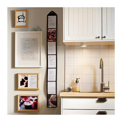 Drops di Ikea è la cornice che ricorda le forme della pellicola fotografica. Contiene sette scatti. Prezzo 6,99 euro