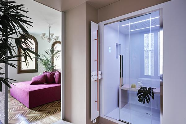 Le ampie sale da bagno sono pensate come piccoli giardini privati e serre di relax (foto Valentina Sommariva)