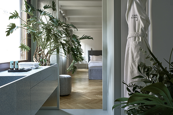 I lavabi sono doppi, con una vasca funzionale e l'altra che accoglie piante da interno (foto Valentina Sommariva)
