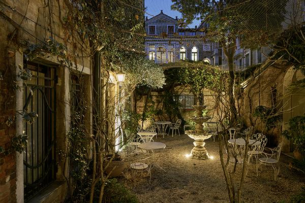 Il giardino esterno di Casa Flora (foto Valentina Sommariva)