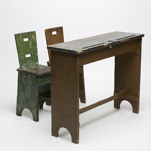 Nel 1914 Alessandro Marcucci idea due sedie e un banco di legno. Fino ad allora banco e le sedie erano connessi, un unico pezzo che vincolava il corpo e costringeva gli scolari a stare seduti composti